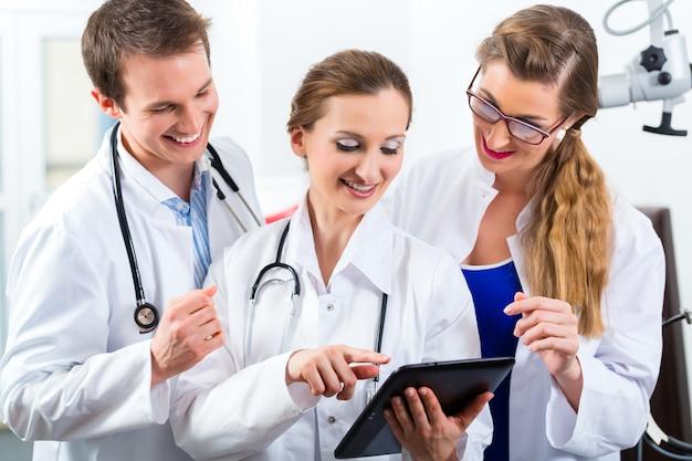 Team junger ärzte in der klinik mit tablet-computer
