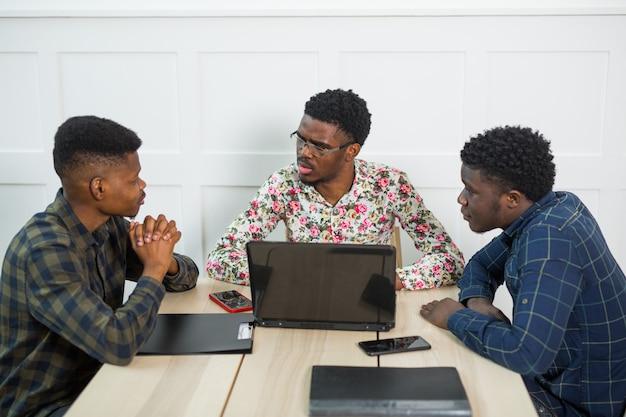Team junger afrikaner, die im büro arbeiten