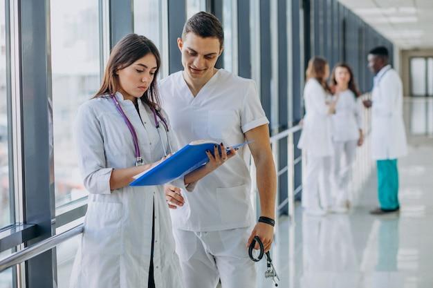 Team junger fachärzte im korridor des krankenhauses