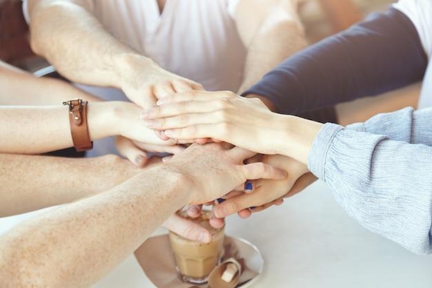 Team junger kollegen, die sich im café treffen