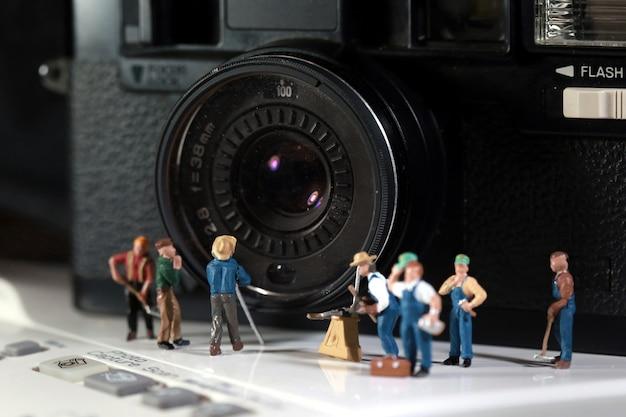 Team macht wartung der alten kamera.