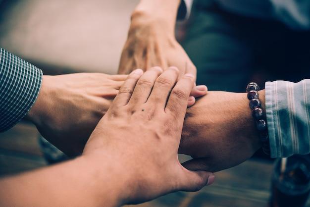 Team teamwork join hands partnerschaft konzept. freunde schließen sich hand an.