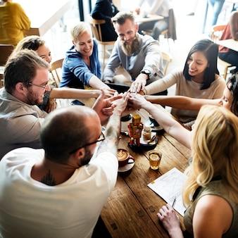 Team unity friends, die partnerschafts-konzept treffen