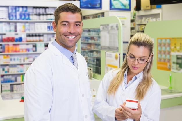 Team von apothekern, die medizin betrachten