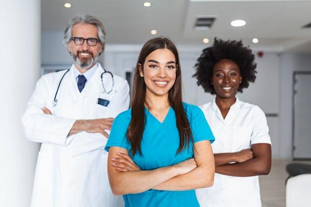 Team von arzt und krankenschwester im krankenhaus. gesundheits- und medizinkonzept.