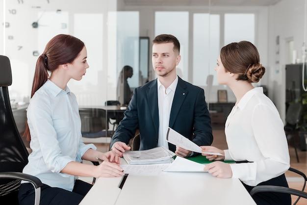Team von berufsleuten, die im büro zusammenarbeiten