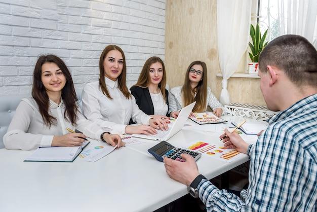 Team von business-analysten, die mit geschäftsgrafiken arbeiten