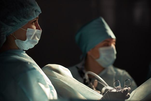 Team von chirurgen, die die operation durchführen