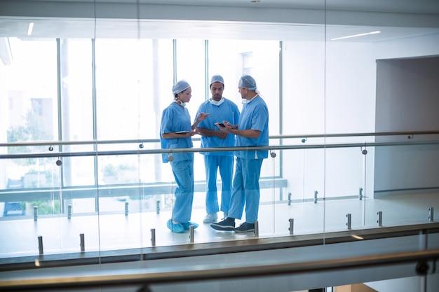 Team von chirurgen diskutieren über digitales tablet