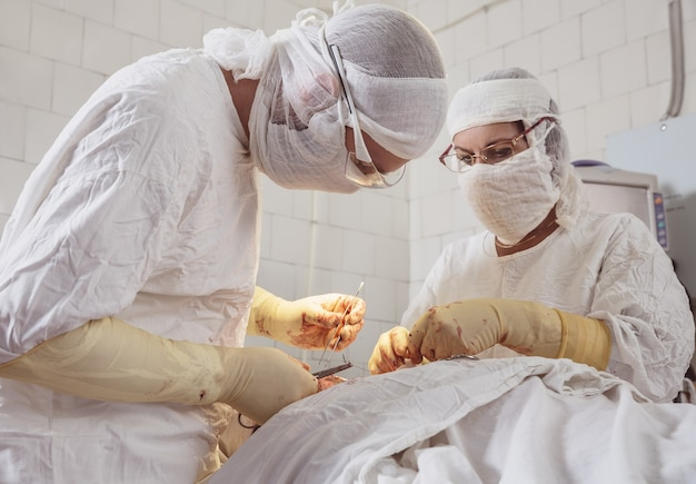 Team von chirurgen in form führt eine operation am patienten in der klinik für plastische chirurgie maxillofazial s . durch