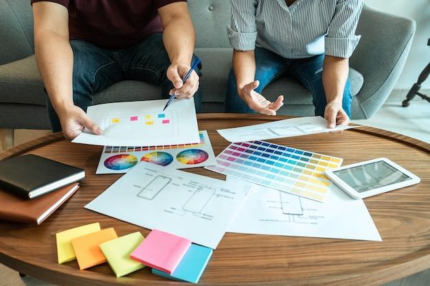 Team von creative web/graphic designer planung, zeichnen von website-ux-apps für mobiltelefonanwendungen und entwicklungsvorlagen-layout, prozess zur entwicklung von prototyp-drahtmodell, benutzererfahrungskonzept.