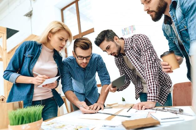 Team von designer architekten zeichnen auf blaupause.