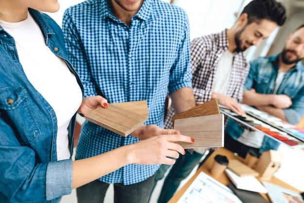 Team von designerarchitekten betrachten farbmuster.