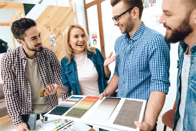 Team von designerarchitekten betrachten farbpalette