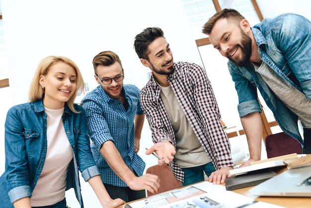 Team von designerarchitekten betrachten grundriss.