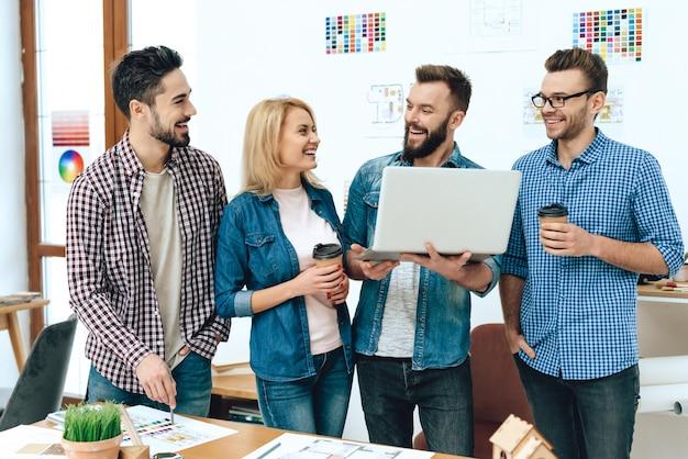 Team von designerarchitekten betrachten laptop