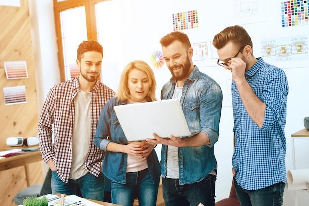 Team von designerarchitekten betrachten laptop.