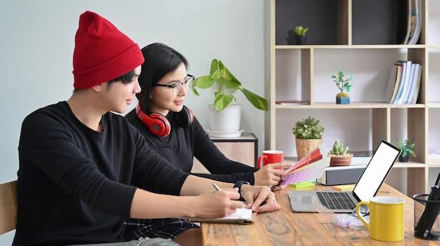 Team von designern, die ideen im kreativbüro diskutieren.
