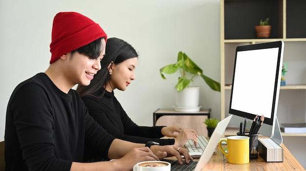 Team von designern, die zusammen im büro an einem startprojekt arbeiten.