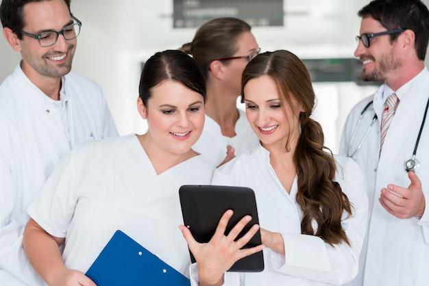 Team von doktoren im krankenhaus, das an dokumenten arbeitet