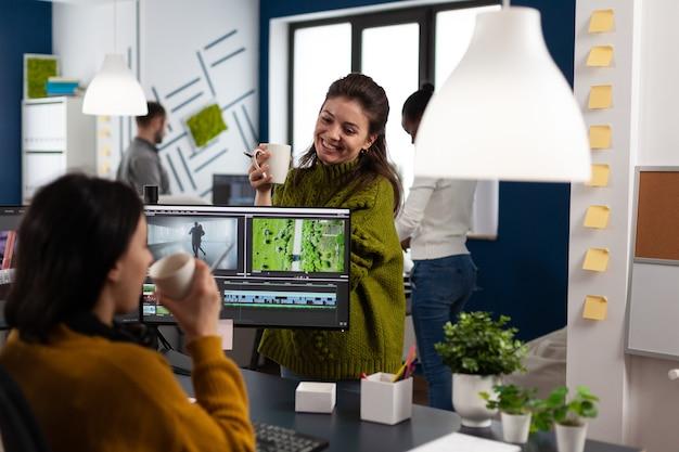 Team von erstellern von multimedia-inhalten, die über videoprojekte sprechen