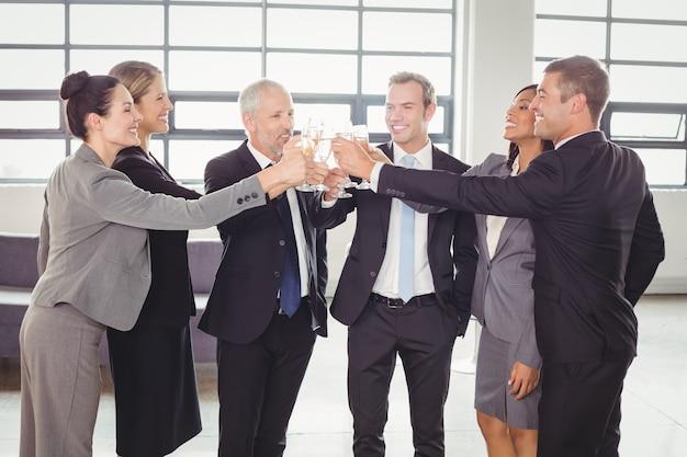 Team von geschäftsleuten, die champagner rösten
