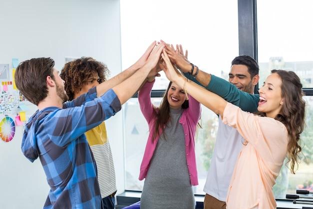 Team von glücklichen grafikdesignern, die high five geben