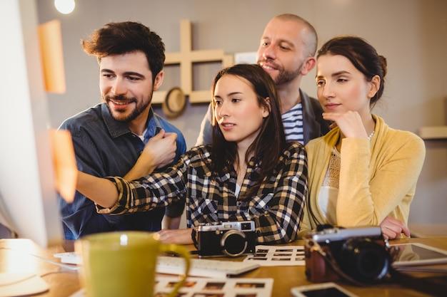 Team von grafikdesignern, die an einem computer arbeiten
