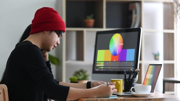Team von grafikdesignern, die im kreativbüro arbeiten.