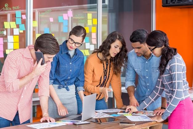 Team von grafikdesignern, die in einem meeting diskutieren