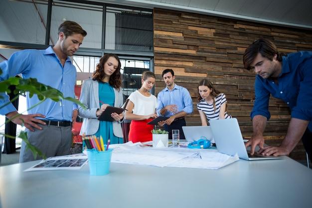 Team von grafikdesignern, die zusammenarbeiten
