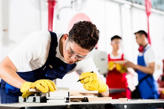Team von industriearbeitern in der fabrik