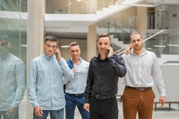 Team von jungen erwachsenen managern bei der arbeit im raum anrufen