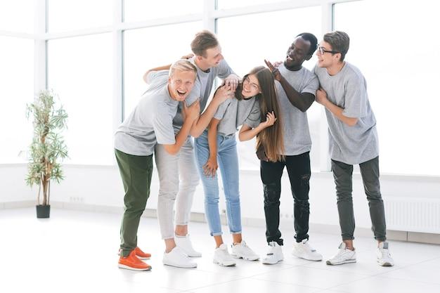 Team von jungen fachleuten, die in einem hellen büro stehen. foto mit kopierraum