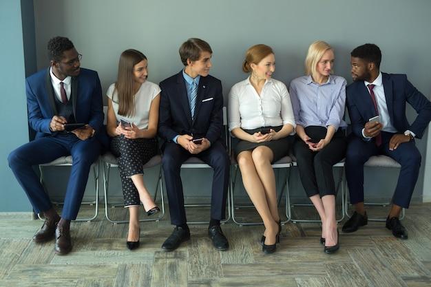 Team von jungen schönen menschen im büro