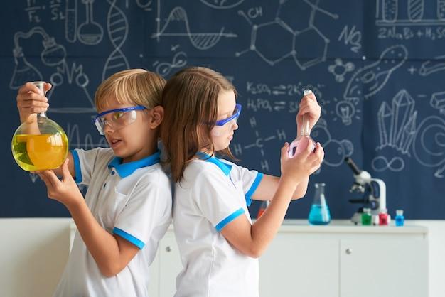 Team von kleinen chemikern