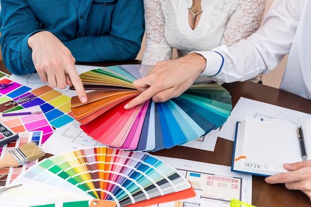 Team von kreativen designern, die an einem neuen projekt arbeiten