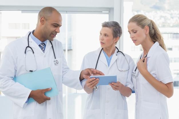 Team von lächelnden doktoren, die an ihren dateien arbeiten
