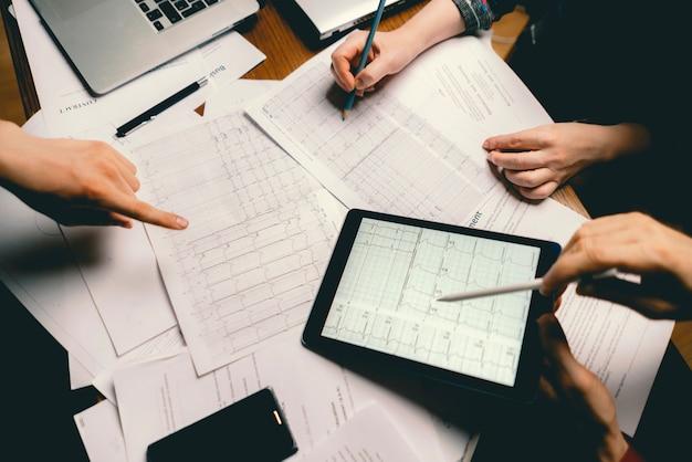 Team von medizin-kollegen untersuchen die analyse von ekg