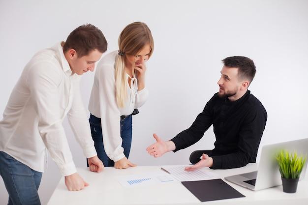 Team von mitarbeitern, die gemeinsam an einem gemeinsamen projekt arbeiten