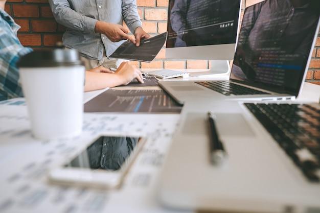 Team von professional developer programmer kooperationssitzung und brainstorming und programmierung in website arbeiten eine software und codierungstechnologie, schreiben von codes und datenbank