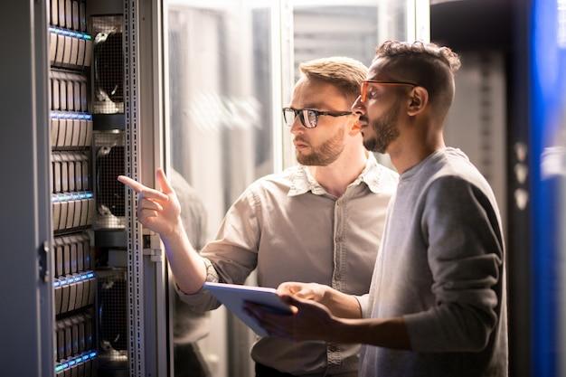 Team von spezialisten, die den netzwerkserver verwalten