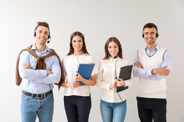 Team von technischen supportmitarbeitern auf licht