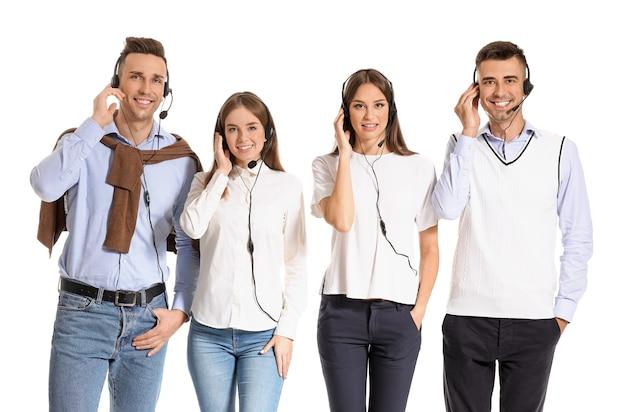 Team von technischen supportmitarbeitern auf weißer oberfläche