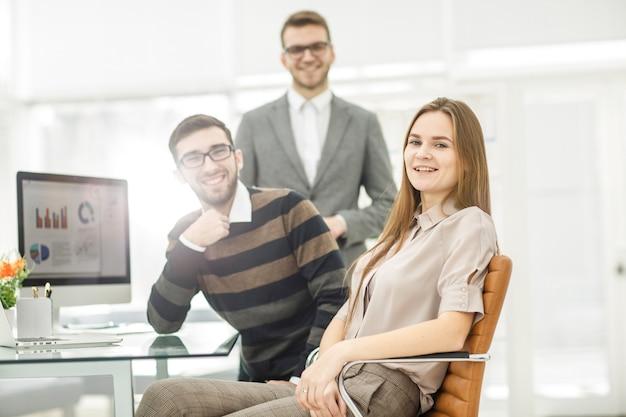 Team von textern, die an einem neuen werbeprojekt am arbeitsplatz arbeiten
