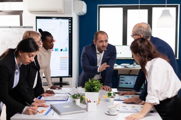 Team von verschiedenen startup-unternehmenskollegen unternehmertreffen am professionellen arbeitsplatz