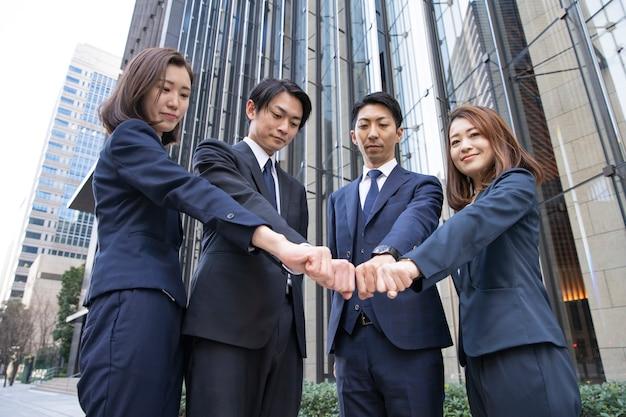 Team von vier geschäftsleuten