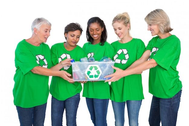 Team von weiblichen umweltaktivisten, die kasten wertstoffe halten