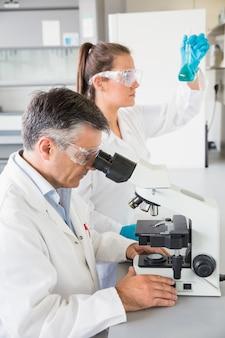 Team von wissenschaftlern bei der arbeit