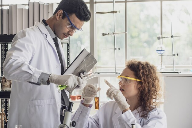 Team von wissenschaftlern der medizinischen forschung führt experimente im labor durch.